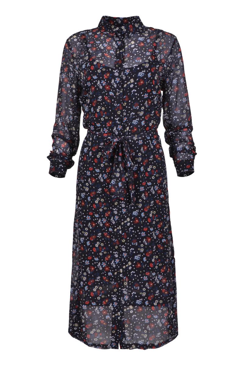 Lange jurk met kraag en door geknoopt voorkant. Jurk is met een viscose onderjurk.