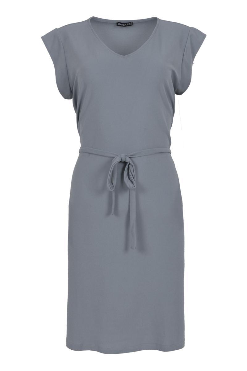 Tamia is een mooie zomerjurk en is een soepelvallend model gemaakt van Crepe Lycra. De mouwloze jurk heeft een V-hals en heeft een knoopbare tailleband. Tamia valt normaal qua maat en is verkrijgbaar in het Seagreen, Freaky Berry en Black.  <ul> <li>Mouwloos</li> <li>Zomerjurk</li> <li>Soepelvallend model</li> <li>V-Hals</li> <li>Knoopbare tailleband</li> <li>Valt normaal qua maat</li> <li>Model Tala</li> <li>Crepe Lycra</li> <li>Verkrijgbaar in het Seagreen, Freaky Berry en Black</li> </ul>
