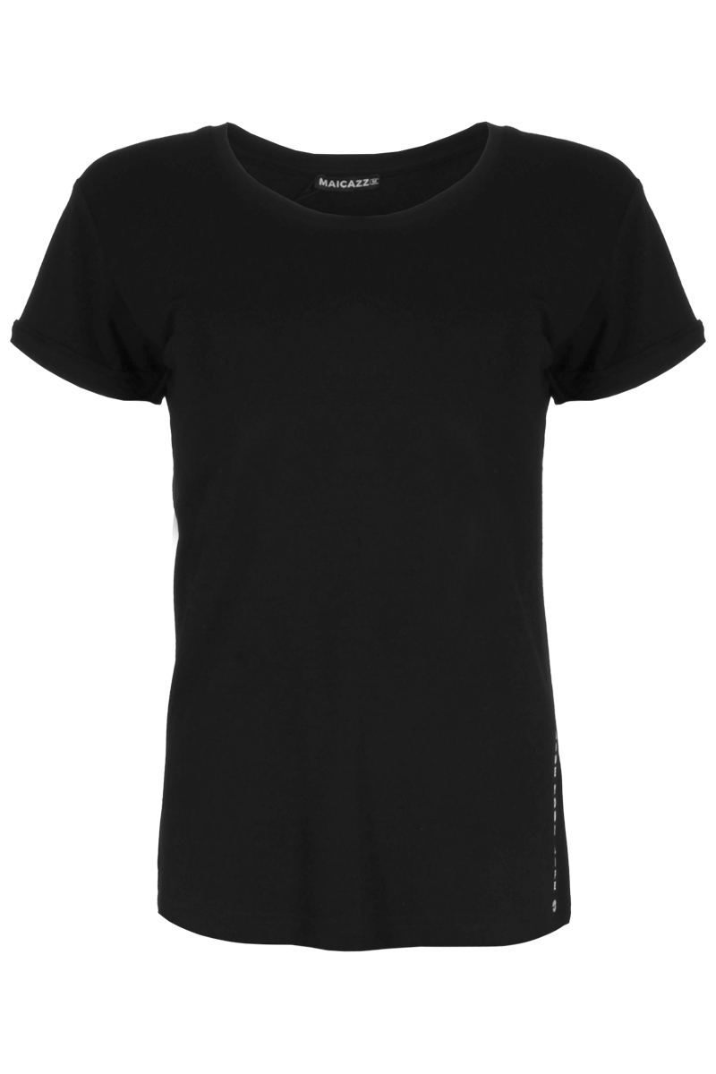 T-shirt Sira is een basic top met ronde hals. Sira heeft een wijder model en korte mouwen met een kleine omslag. Onderaan zijkant van het T-shirt is de tekst LIVE YOUR LIFE gezet. T-Shirt Sira is in Viscose Lycra kwaliteit en is te verkrijgen in het Offwhite, Black, Black / Dots print, White / Dots print.    <ul> <li>Ronde hals met ribboord</li> <li>Wijder model</li> <li>Korte mouwen met kleine omslag</li> <li>Tekst 'live your life' onderaan zijkant van het T-shirt</li> <li>Viscose Lycra kwaliteit</li> <li>Model Sira</li> <li>Valt normaal qua maat</li> <li>Te verkrijgen in het Offwhite, Black, Black / Dots print, White / Dots print</li> </ul>