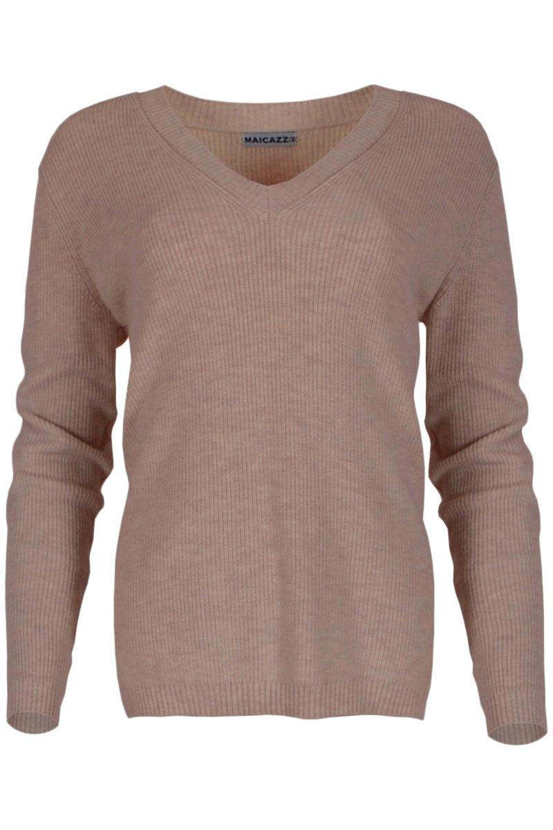 Trui Skyler is een gebreide trui van uit de Knits by Maicazz herfstcollectie 2021. De trui heeft een ronde hals en een brede afwerking in middelzwaar rib breisel bij manchetten en zoom. Ze is gemaakt van een viscosemix breisel, die niet kriebelt. Skyler hoort iets ruimer te vallen, wij adviseren om je normale maat te nemen. Trui Skyler is leuk te dragen over een blouse en is verkrijgbaar in het Black, Lost Lagoon, Expresso en Warm Wine.    <ul> <li>Trui met ronde hals</li> <li>Lange mouwen</li> <li>Viscose mix breisel, die niet kriebelt</li> <li>Hoort iets ruimer te vallen</li> <li>Brede afwerking in middelzwaar rib breisel bij manchetten en zoom</li> <li>Te verkrijgen in het Black, Lost Lagoon, Expresso en Warm Wine</li> <li>Knits by Maicazz herfstcollectie 2021</li> </ul>