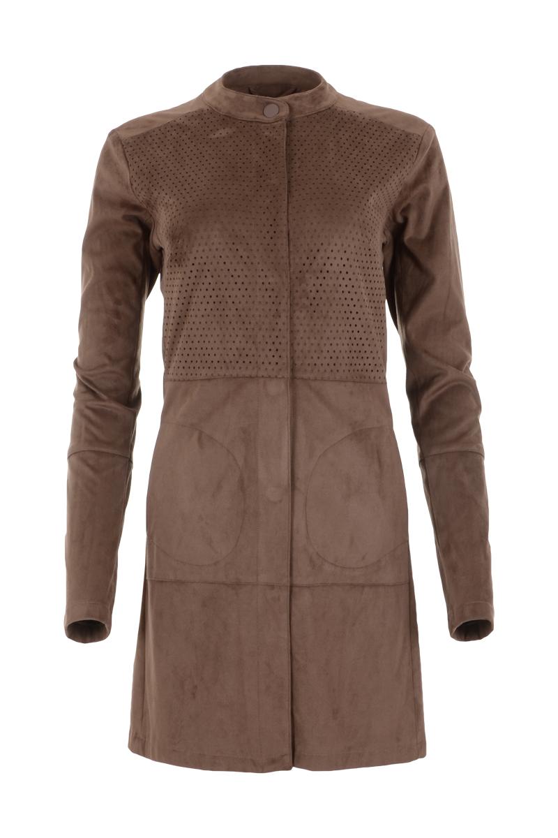 Suedine jasje Valez komt uit de Maicazzherfstcollectie 2021. Het jasje heeft lange mouwen en is knielang. Valez heeft een doorlopende knoopsluiting en steekzakken aan de voorzijde. Het jasje heeft een ronde hals met boord, waaronder een geperforeerd gaatjespatroon tot in de taille loopt. Het jasje is ook goed te dragen als vestje. Valez valt normaal qua maat en is te verkrijgen in het Mokka en Black.    <ul> <li>Te dragen als vest of jasje</li> <li>Lange mouwen</li> <li>Knielang</li> <li>Sierlijk geperforeerd gaatjespatroon</li> <li>Ronde hals met boord en knoopje</li> <li>Knoopsluiting</li> <li>Suedine kwaliteit</li> <li>Maicazz herfstcollectie 2021</li> <li>Valt normaal qua maat</li> <li>Te verkrijgen in Black en Mokka.</li> </ul>