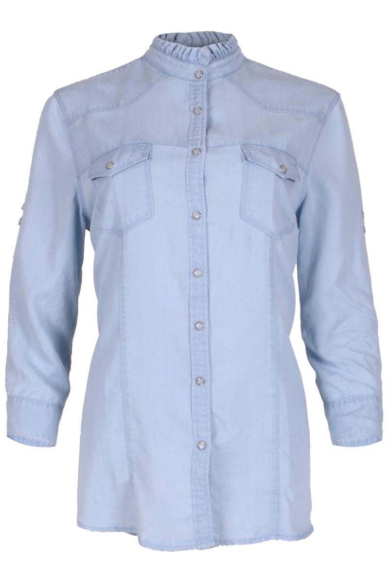 Blouse Sade is een mooie overhemdblouse met 2 klepzakken op de borst. Ze heeft een opstaande kraag met rushes. De blouse heeft een doorlopende knoopsluiting middenvoor met drukknopen. Sade heeft lange mouwen en manchetten met drukknoop en split. De mouwen zijn oprolbaar en kunnen worden vastgezet met een druklusje. De blouse valt soepel en valt normaal qua maat. Deze lieve en leuke blouse is te verkrijgen in de kleuren Offwhite en Summer Bleached.  <ul> <li>Lichtblauwe denim katoenen blouse Sade</li> <li>Mouwen zijn oprolbaar en kunnen worden vastgezet met een druklusje</li> <li>Opstaande kraag met rushes.</li> <li>Doorlopende knoopsluiting middenvoor met drukknopen</li> <li>2 klepzakken op het voorpand ter hoogte van de borst</li> <li>Manchetten met enkele drukknoop en split</li> <li>Draagt erg comfortabel</li> <li>Lange mouwen</li> <li>Lusje om mouwen op te halen.</li> <li>Model Sade</li> <li>Valt normaal qua maat</li> <li>Te verkrijgen in het Offwhite en Summer Bleached<br /> </li> </ul>