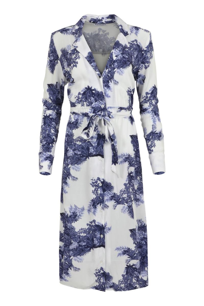 Jurk Seda is een zomerse midi jurk met prachtige reverskraag. Ze heeft lange mouwen en een manchet met split en 3 knopen. Seda heeft doorlopende knoopsluiting en strikkoord in de taille. De heerlijk zachte en rekbare stof laat de jurk soepel vallen. Jurk Seda heeft splitten aan de zijkant, valt normaal qua maat en is te verkrijgen in het Dots Blue en Leaf Blue.   <ul> <li>Reverskraag</li> <li>Midi jurk</li> <li>Lange mouwen</li> <li>Doorlopende knoopsluiting</li> <li>Strikkoord in de taille</li> <li>Manchetten met split en 3 knopen</li> <li>Model Seda</li> <li>Valt normaal qua maat</li> <li>Splitten aan de zijkant</li> <li>Te verkrijgen in het Dots Blue en Leaf Blue</li> </ul>    <blockquote>Tip: Draag de jurk open als een soort vest in combinatie met broek Sunny in het Dots Blue.</blockquote>