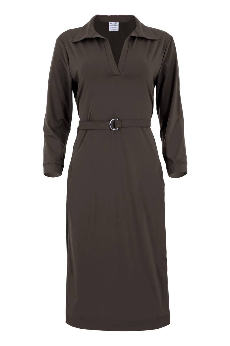Jurk Velar is een prachtige midi jurk met puntige overhemdkraag. Ze heeft een diepe V-hals met overhemdkraag en is gemaakt van comfortabele Travelkwaliteit. De jurk heeft lange mouwen en 2 paspelzakken op het voorpand. Jurk Velar is inclusief de tailleriem die je look nog vrouwelijker maakt. Velar valt normaal qua maat en is te verkrijgen in het Lost Lagoon, Expresso, Mossy Meadow en Black.  <ul> <li>Midi jurk</li> <li>Split aan zijkant</li> <li>Diepe V-hals</li> <li>Puntige overhemdkraag</li> <li>Lange mouwen</li> <li>2 paspelzakken op voorpand</li> <li>Inclusief tailleriem</li> <li>Model Velar</li> <li>Valt normaal qua maat</li> <li>Poly Lycra Travel kwaliteit</li> <li>Verkrijgbaar in het Lost Lagoon, Expresso, Mossy Meadow en Black</li> <li>Travel by Maicazz herfstcollectie 2021</li> </ul>