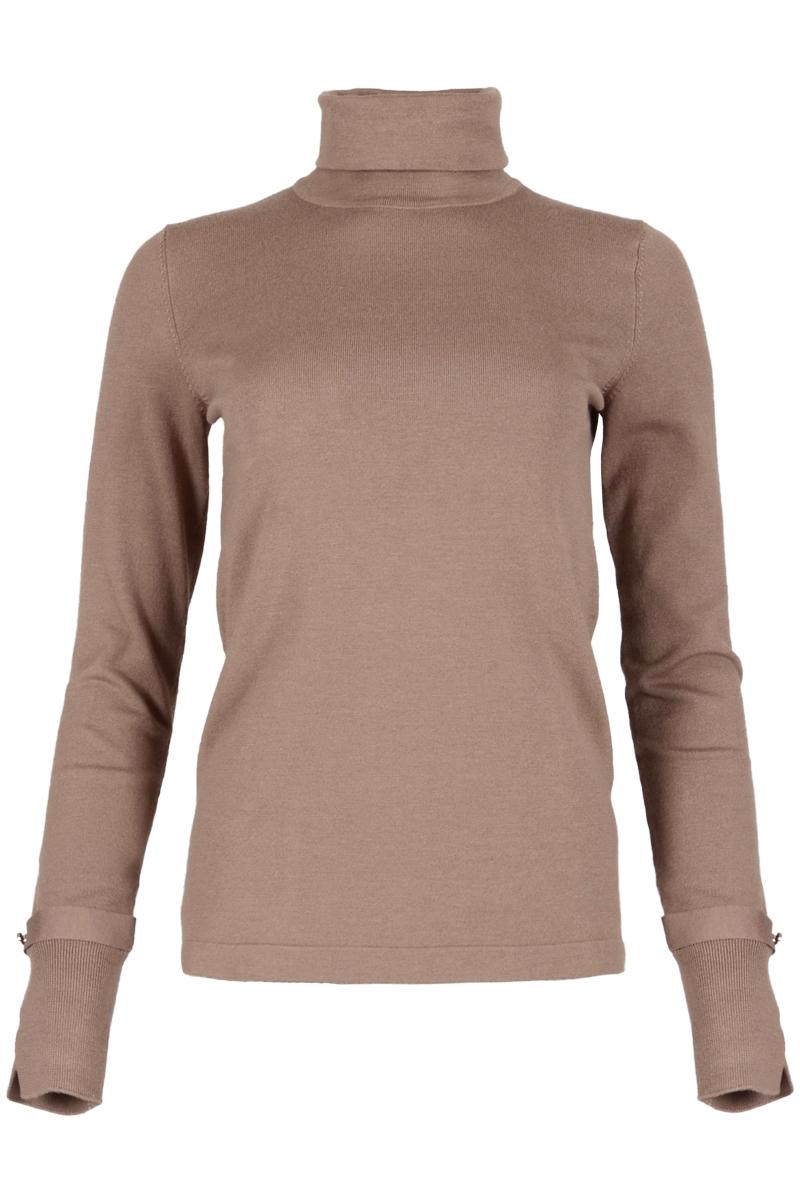Zachte coltrui Verone is gemaakt van een fijn ribbreisel. De trui heeft lange mouwen en rib gebreide manchetten. De manchetten zijn afgewerkt met een prachtige split en bandje met 2 knoopjes. Trui Verone valt normaal qua maat en is verkrijgbaar in het Sahara Sand, Expresso, Black, Lost Lagoon, Warm White, Kit. De trui komt uit de herfstcollectie 2021 van Knits by Maicazz.    <ul> <li>Colrui</li> <li>Col kraag</li> <li>Lange mouwen</li> <li>Rib gebreide manchetten</li> <li>Manchetten met split en bandje met knoopjes.</li> <li>Valt normaal qua maat</li> <li>Maicazz herfstcollectie 2021</li> <li>Viscosemix</li> <li>Knits by Maicass</li> <li>Te verkrijgen in het Sahara Sand, Expresso, Black, Lost Lagoon, Warm White, Kit.</li> </ul>