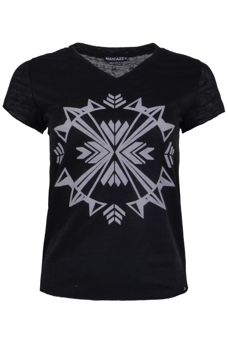 T-shirt Trissy (zomercollectie 2021) is een stoer shirt gemaakt van een viscose lycra kwaliteit. Het shirt heeft een v-hals dat is afgewerkt met een halsboord. De mouwzomen van de korte mouwen zijn dubbelgeslagen. Het T-shirt heeft een print van een monogram op het voorpand en haar zomen zijn mooi afgewerkt. T-shirt Trissy valt normaal qua maat en is te verkrijgen in het Black en White.  <ul> <li>T-shirt</li> <li>Monogram print</li> <li>Korte mouw</li> <li>V-hals afgewerkt met halsboord</li> <li>Dubbelgeslagen mouwzomen</li> <li>Zomen stoer afgewerkt</li> <li>Model Trissy</li> <li>Viscose lycra kwaliteit</li> <li>Valt normaal qua maat</li> <li>Te verkrijgen in het Black en White.</li> </ul>