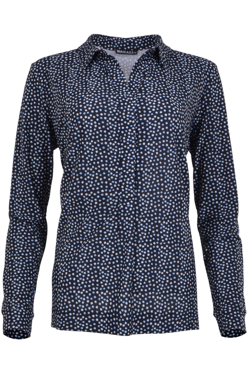 Blouse Nisola is een soepel vallende blouse met overhemdkraag. Ze heeft een gedeeltelijke knoopsluiting met handige drukknopen. Door het subtiel langere achterpand met zijsplitten is de blouse ook in te stoppen voor een andere look. De blouse valt normaal qua maat en is verkrijgbaar in het Dots Blue, Leaf Blue, Fuchsia, Sand en Black Leaf.    <ul> <li>Puntige overhemdkraag</li> <li>Gedeeltelijke knoopsluiting met 3 drukknopen</li> <li>Subtiel langer achterpand met zijsplitten</li> <li>Valt normaal qua maat</li> <li>Model Nisola</li> <li>Verkrijgbaar in het Dots Blue, Leaf Blue, Fuchsia, Sand en Black Leaf</li> </ul>