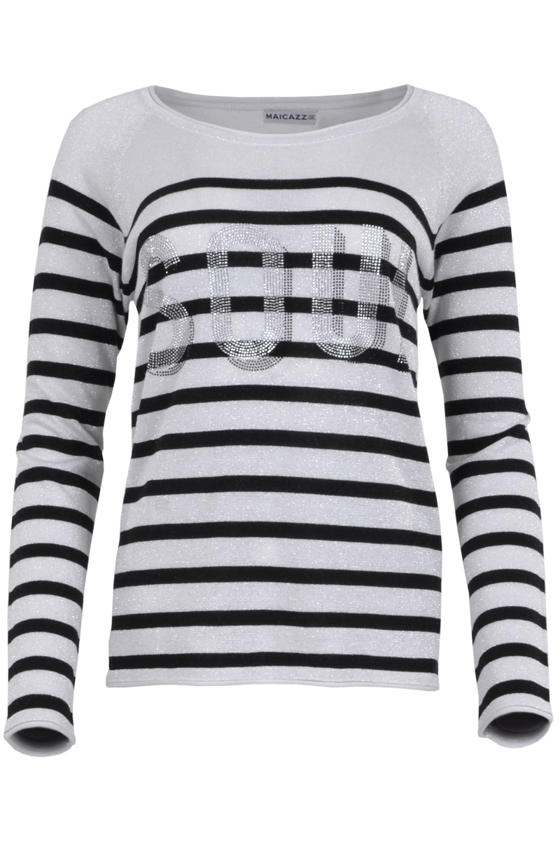Trui Simca is een fijnbrei trui met mooi afgewerkte ronde hals. De trui is zilver gestreept en heeft de tekst SOUL in zilveren steentjes op het voorpand op borsthoogte staan. Simca is gemaakt van een mix breisel van 50% viscose, 40% katoen en 10% lurex. Trui Simca valt normaal qua maat en is te verkrijgen in het Lurex Stripe. Tip: je kunt de trui goed combineren met een witte broek en sneaker.    <ul> <li>Fijngebreide trui</li> <li>Ronde hals</li> <li>Zilver gestreept</li> <li>Tekst SOUL steentjes voorpand op borsthoogte</li> <li>Breisel van viscose en katoen met lurex, kriebelt niet</li> <li>Model Simca</li> <li>Valt normaal qua maat</li> <li>Te verkrijgen in het Lurex Stripe</li> </ul>    <blockquote> Tip: Leuke combi met witte broek en sneaker </blockquote>
