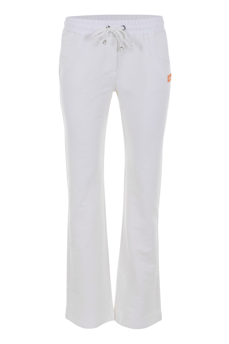VAYA is een comfy broek uit de Maicazz Herfstcollectie 21. De broek is lengte 32 en heeft rechte pijpen. Vaya heeft een elastische tailleband met koord en steekzakken. De broekzomen zijn prachtig afgewerkt en ze valt op maat. Broek Vaya is te verkrijgen in het Warm White en Black.    <ul> <li>Lengte 32</li> <li>Rechte pijp</li> <li>Steekzakken voorpand</li> <li>Elastische tailleband met trekkoord</li> <li>Model Vaya</li> <li>Valt normaal qua maat</li> <li>Te verkrijgen het Warm White en Black</li> <li>Maicazz herfstcollectie 2021</li> </ul>