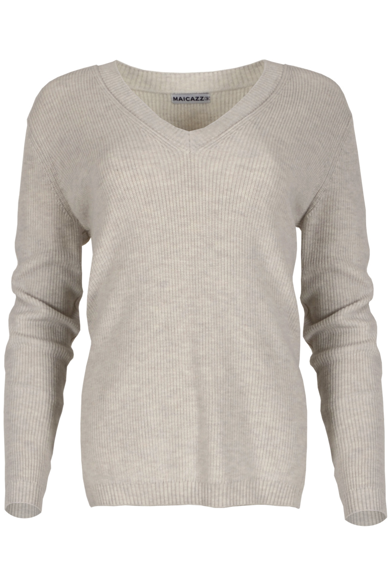 Trui Skyler is een gebreide trui van uit de Knits by Maicazz lijn. De trui heeft een V-hals en een extra brede afwerking in middelzwaar ribbreisel. Ze is gemaakt van een viscosemix breisel, die niet kriebelt. Skyler hoort iets ruimer te vallen, wij adviseren om je normale maat te nemen. Trui Skyler is leuk te dragen over een blouse en is verkrijgbaar in het Sky Blue, Offwhite en Sand.   <ul> <li>Viscose mix breisel, die niet kriebelt</li> <li>V-hals trui</li> <li>Lange mouwen</li> <li>Hoort iets ruimer te vallen</li> <li>Extra brede afwerking in middelzwaar ribbreisel</li> <li>Te verkrijgen in het Sky Blue, Offwhite en Sand</li> </ul>