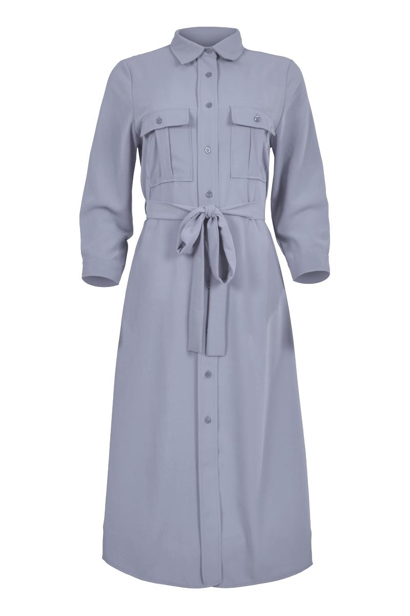 Jurk Ranielle is een zomerse midi jurk met puntige overhemdkraag. Ze heeft driekwart-mouwen en manchetten met split en knoopje. Aan de voorzijde heeft de jurk 2 klepzakken met knoopje op de borst en een doorlopende knoopsluiting. De taille kan geaccentueerd worden met het strikkoord. De jurk is te verkrijgen in de trendy kleuren Fuchsia en Sky Blue.    <ul> <li>Puntige overhemdkraag</li> <li>Midi jurk</li> <li>Driekwart mouwen</li> <li>Doorlopende knoopsluiting met ton-sur-ton knopen</li> <li>2 klepzakken met knoopje op de borst</li> <li>Strikkoord in de taille</li> <li>Manchetten met split en knoopje</li> <li>Model Ranielle</li> <li>Valt normaal qua maat</li> <li>Te verkrijgen in het Fuchsia en Sky Blue</li> </ul>