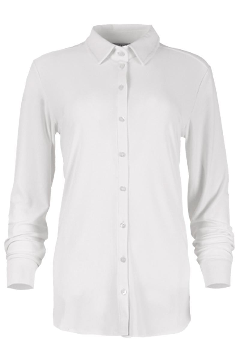 Basic blouse in een travel full stretch kwaliteit.  Het voorbeleg van de blouse is deels dichtgenaaid, waardoor de blouse op borstwijdte niet open kan.  De ideale blouse voor alle gelegenheden. Pasvorm: perfect fit