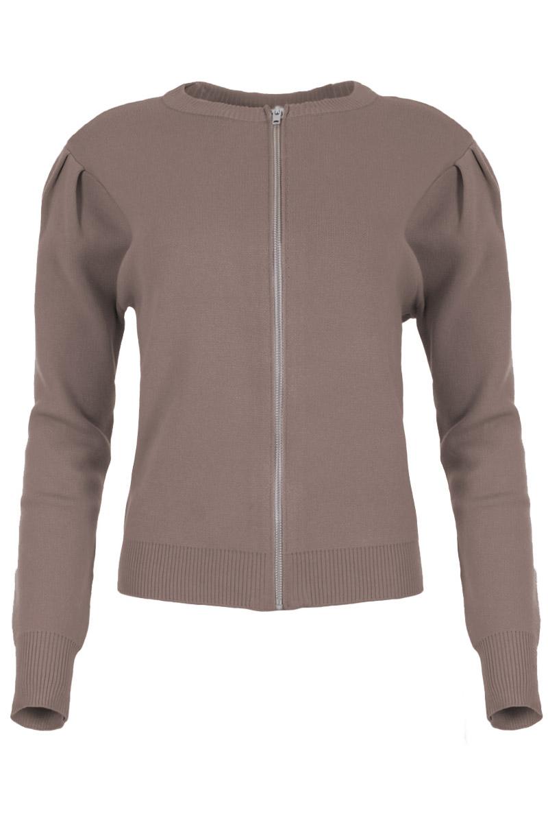 Fijnbrei vest Vagos komt uit de Knits collectie by Maicazz. Het vest heeft pofmouwen, een ronde hals en een ritssluiting aan de voorkant. De manchetten, hals en zoom hebben een ribgebreide afwerking. Vagos is gemaakt van een viscose mix breisel dat niet kriebelt. Vest Vagos valt normaal qua maat en is te verkrijgen in het Sahara Sand, Expresso en Black.    <ul> <li>Powmouwen</li> <li>Fijnbrei-vest met ronde hals</li> <li>Ritssluiting voorkant</li> <li>Ribgebreide afwerking bij manchetten, hals en zoom</li> <li>Viscose mix breisel dat niet kriebelt</li> <li>Knits by Maicazz</li> <li>Valt normaal qua maat</li> <li>Te verkrijgen in het Sahara Sand, Expresso en Black.</li> </ul>