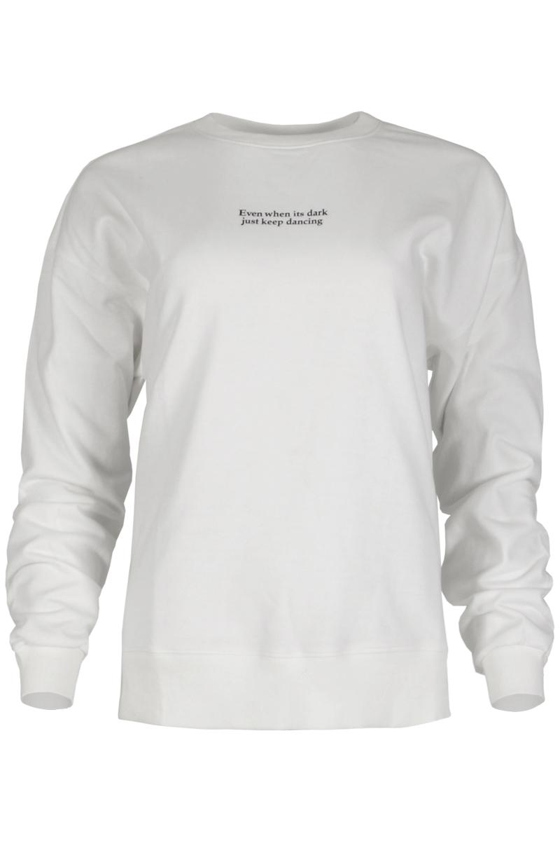 Prachtige sweater Veera komt uit de Maicazz herfstcollectie 2021. De sweater is gemaakt van een heerlijke French Terry stof en heeft lange aangeknipte mouwen. De sweater heeft een ronde halslijn met een halsboord dat net als de zoom en manchetten een ribgebreide afwerking heeft. Veera heeft op de borst een afdruk van de tekst: 'Even when its dark, just keep dancing' en heeft onderaan splitten in de zijnaden. Sweater Veera valt normaal qua maat en is te verkrijgen in het Black en /warm White.    <ul> <li>Sweater</li> <li>Ronde halslijn</li> <li>Lange, aangeknipte mouwen</li> <li>French Terry kwaliteit</li> <li>Lange mouwen</li> <li>Rib-gebreide manchetten, zoom en halsboord</li> <li>Opdruk tekst: Even when its dark just keep dancing</li> <li>Splitten onderaan zijnaden</li> <li>Valt normaal qua maat</li> <li>Te verkrijgen in het Black en Warm White</li> </ul>