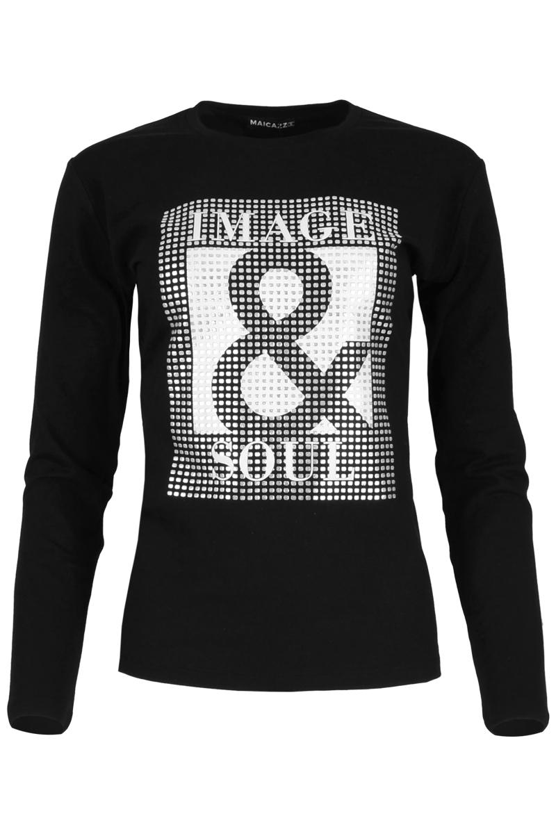 T-shirt Veronie is een soepel vallend T-shirt met aangeknipte lange mouwen. Het T-shirt heeft een ronde hals met mooi afgewerkt halsboord en is gemaakt van een fijne cotton lycra kwaliteit. Haar zoom is mooi afgewerkt en is dubbel gestikt. Op het voorpand heeft ze een grafisch glimmende opdruk met de tekst Image & Soul. Shirt Veronie valt normaal en is te verkrijgen in het wit en zwart.    <ul> <li>T-shirt</li> <li>Lange aangeknipte mouwen</li> <li>Ronde hals afgewerkt met halsboord</li> <li>Dubbelgestikte zoom</li> <li>Model Veronie</li> <li>Cotton lycra kwaliteit</li> <li>Valt normaal qua maat</li> <li>Maicazz herfstcollectie 2021</li> <li>Te verkrijgen in het wit en zwart.</li> </ul>