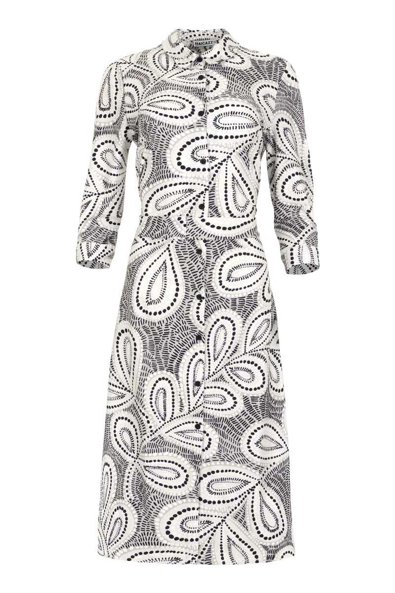 Comfortabele jurk Olga, uit de zomercollectie van 2021, is gemaakt van 100% viscose. De jurk is lang, heeft een puntkraag en halflange mouwen met manchetten. Olga heeft een doorlopende knoopsluiting en een riem om de taille te accentueren. Jurk Olga valt normaal qua maat en is verkrijgbaar in het Leaves Sand.  <ul> <li>Lange jurk</li> <li>Halflange mouwen</li> <li>Manchet met knoop</li> <li>Puntkraag</li> <li>doorlopende knoopsluiting</li> <li>Taille-riem</li> <li>Licht getailleerd model</li> <li>100% viscose</li> <li>Valt normaal qua maat</li> <li>Model Olga</li> <li>Verkrijgbaar in het Leaves Sand</li> </ul>