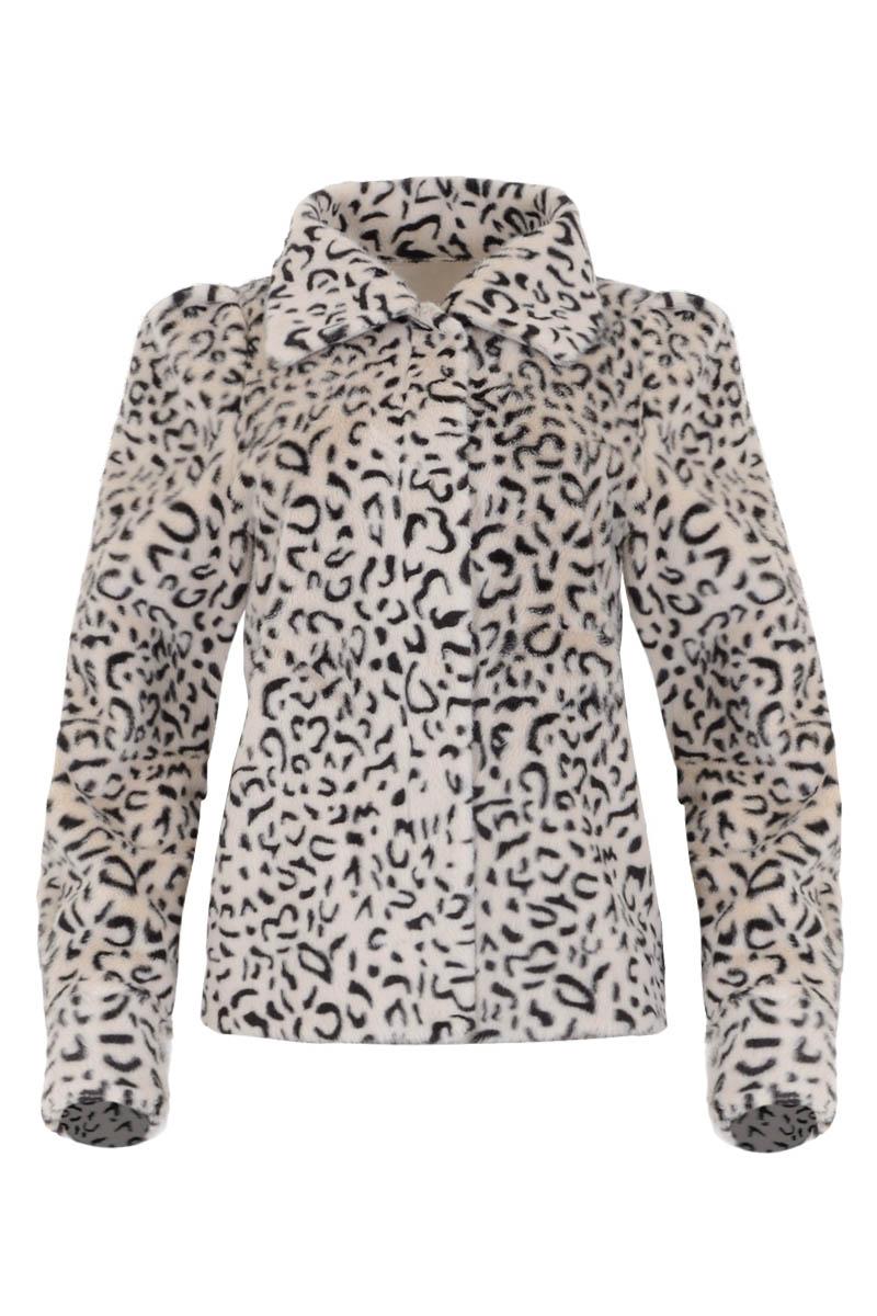 Volano is een reversible teddy jack van imitatiebont. De jas heeft een ronde hals met puntkraag en lange mouwen met machetten. Volano is te sluiten middels een doorlopende sluiting van drukknopen. Ze heeft 2 steekzakken op het voorpand. Jack Volano valt normaal qua maat en is te verkrijgen in het Leopard en Warm White. De jas komt uit de Maicazz herfstcollectie 2021.