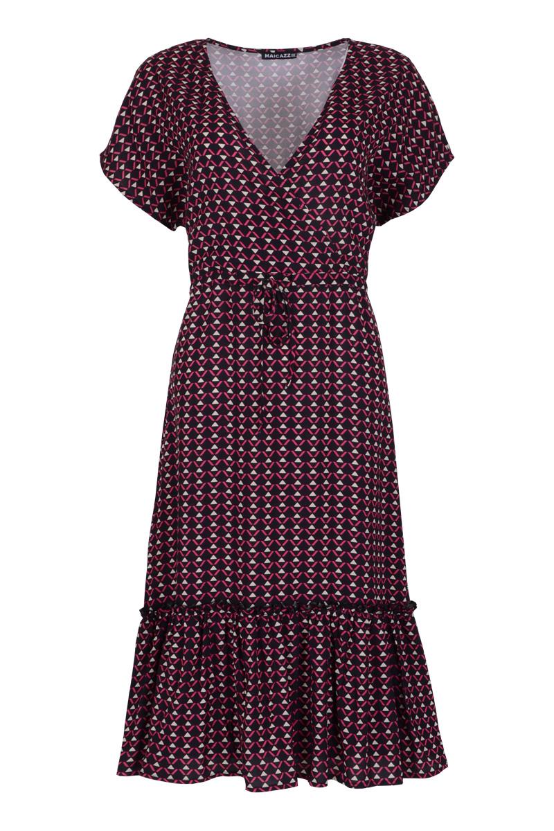 Jurk Sem is een midi jurk in viscose kwaliteit. De jurk heeft een korte mouw met V-hals en een strikkoord in de taille. Sem valt normaal qua maat en is te verkrijgen in hetDots off-white / black en Fuchsia Triangle.   <ul> <li>Viscose kwaliteit</li> <li>V-hals</li> <li>Midi jurk</li> <li>korte mouw</li> <li>Strikkoord in de taille</li> <li>Valt normaal qua maat</li> <li>Model Sem</li> <li>Te verkrijgen in het Dots off-white / black en Fuchsia Triangle.</li> </ul>