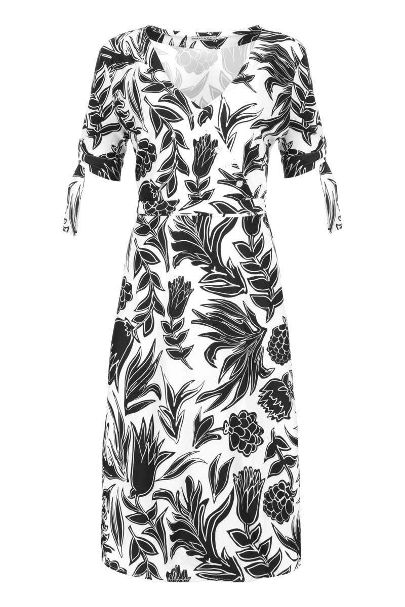 Midi-jurk Tobi is een prachtige zomerjurk gemaakt van Viscose kwaliteit; luchtig, licht en ongelooflijk zacht. De jurk heeft een V-hals met overslagkraag welke gedecoreerd is met knoopjes. De mooi afgewerkte jurk is te tailleren middels een knoopbaar koord. Toby heeft ook knoopbare mouwzomen met een cut-out voor een speelse en trendy uitstraling. Jurk Toby valt normaal en is te verkrijgen in het Fruity White en Safari Seagreen,   <ul> <li>midi jurk</li> <li>V-hals</li> <li>Overslagkraag gedecoreerd met knoopjes</li> <li>Knoopbare tailleriem</li> <li>Knoopbare mouwzomen met cut-out</li> <li>Valt normaal qua maat</li> <li>Model Tala</li> <li>Viscose kwaliteit</li> <li>Verkrijgbaar in het Fruity White en Safari Seagreen.</li> </ul>