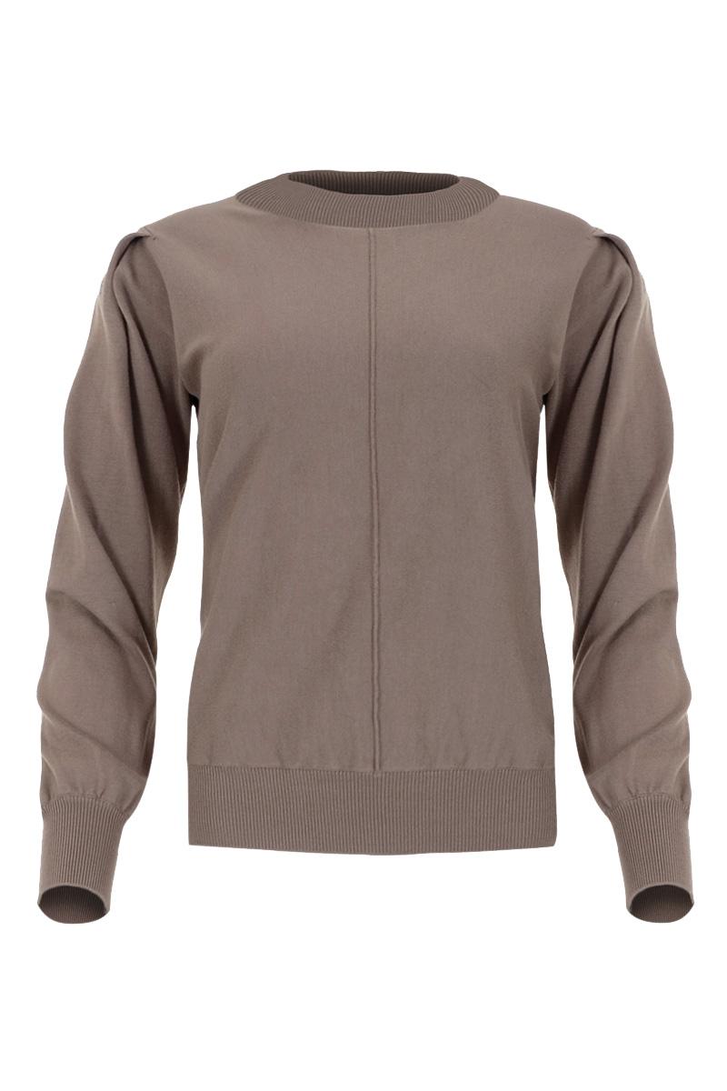 Trui Vejen is een super zachte fijnbrei trui uit de Knits by Maicazz herfstcollectie 2021. De trui is gemaakt van een zachte viscosemix die niet kriebelt. Vajen heeft een hoge ronde hals met rib gebreid halsboord. De trui heeft lange mouwen en een deelnaad middenvoor. Ze heeft een rib gebreide afwerking bij manchetten en zoom voor een luxe uitstraling en draagcomfort. De trui is te verkrijgen in het Sahara Sand, Lost Lagoon, Express, Black en Warm White.     <ul> <li>Trui</li> <li>Hoge ronde hals met rib gebreid halsboord</li> <li>Pofmouwen</li> <li>Fijnbrei</li> <li>Lange mouwen</li> <li>Deelnaad middenvoor</li> <li>Hoort iets ruimer te vallen</li> <li>Ribgebreide afwerking bij manchetten en zoom</li> <li>Gemaakt van een zachte viscosemix die niet kriebelt</li> <li>Te verkrijgen in het Lost Lagoon, Sahara Sand, Expresso, Black en Warm White.</li> </ul>