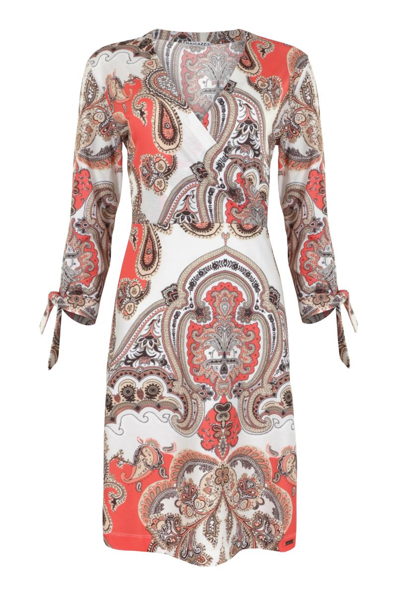 Lange jurk met knoop bare manchetten. Jurk heeft heeft een lage decolleté en de rok is voorzien van een zij split