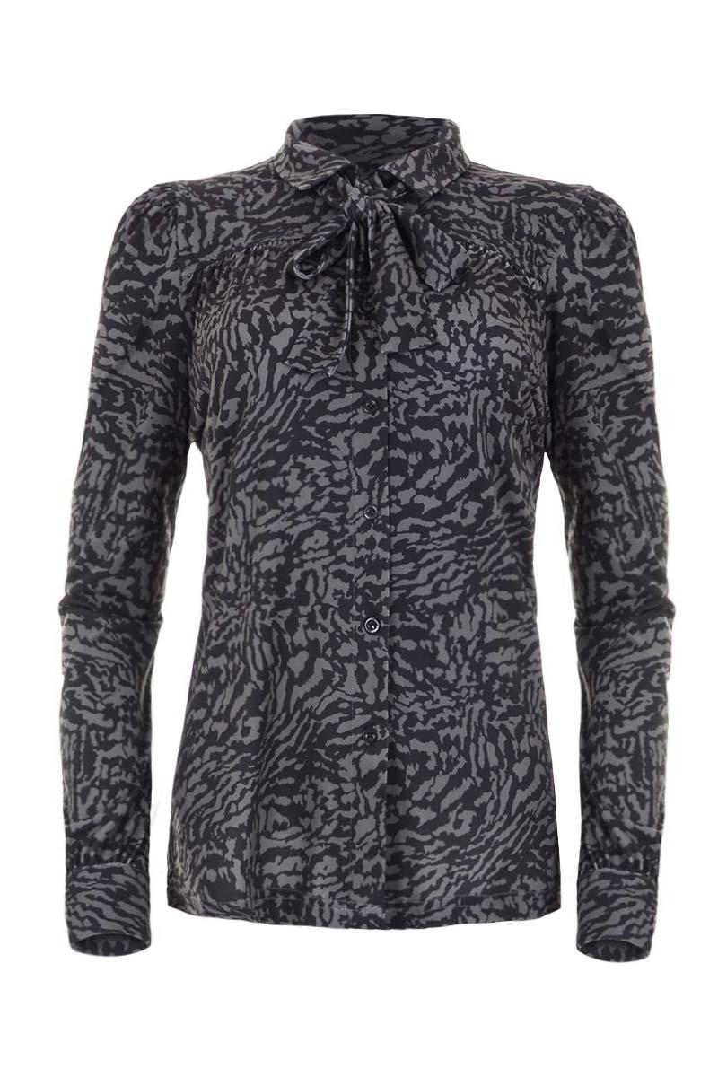 Raia is een prachtige blouse vol met details. In de basis heeft de blouse een platte overhemdskraag en doorlopende knoopsluiting middenvoor. Ze heeft lange mouwen en manchetten met split en enkele knoop. De aangezette mouwkoppen zijn gerimpeld net als de de borstnaad. De zoom is mooi afgewerkt met dubbel stiksel en metalen label. Als extra heeft ze een prachtig los strik-lint bij de kraag waarmee je de blouse in een slag kan upgraden! Blouse Raia is van Poly lycra travel kwaliteit en valt normaal qua maat. Ze komt uit de Maicazz herfstcollectie 2021 en is te verkrijgen in het Animal Lagoon.    <ul> <li>Blouse</li> <li>Platte overhemdkraag</li> <li>Doorlopende knoopsluiting middenvoor</li> <li>Lange mouwen</li> <li>Manchetten met split en enkele knoop</li> <li>Gerimpelde borstnaad</li> <li>Gerimpelde mouwkop</li> <li>Dubbel gestikte zoom</li> <li>Los strik-lint bij de kraag</li> <li>Model Raia</li> <li>Valt normaal qua maat</li> <li>Maicazz herfstcollectie 2021</li> <li>Te verkrijgen in het Animal Lagoon</li> </ul>